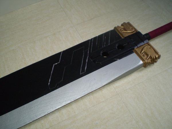 Détail des sculptures sur la lame et la garde de l'épée