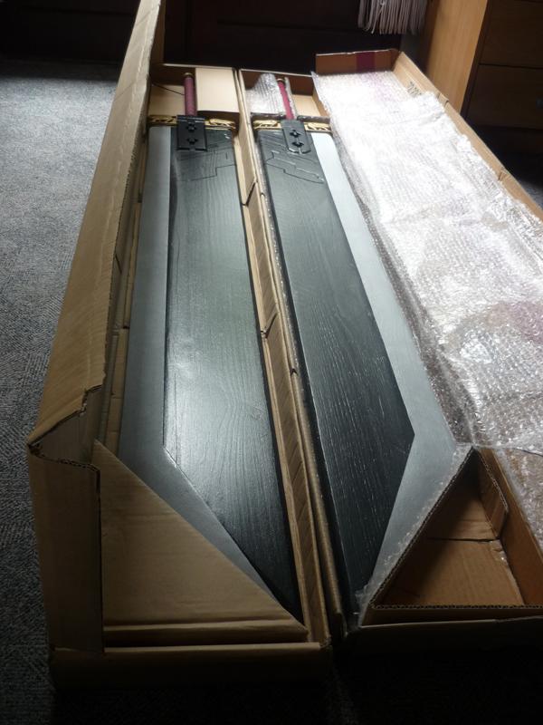 Les deux épées rangées dans leur carton respectif.