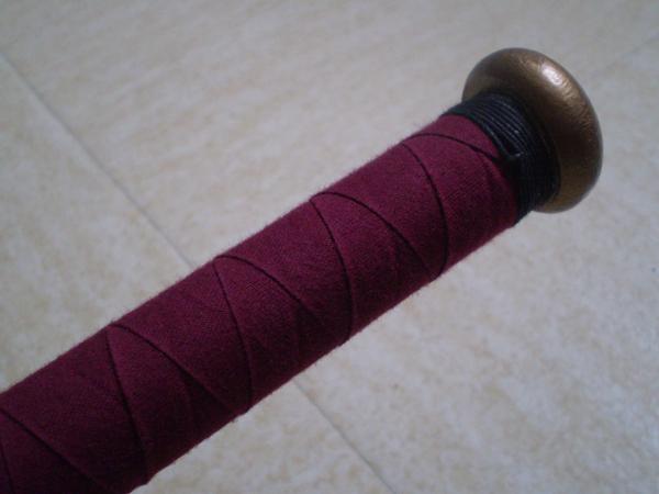 Finition tissu du bout du manche de l'épée.