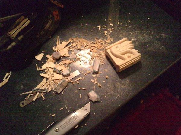 bloc de bois taillé au cutter