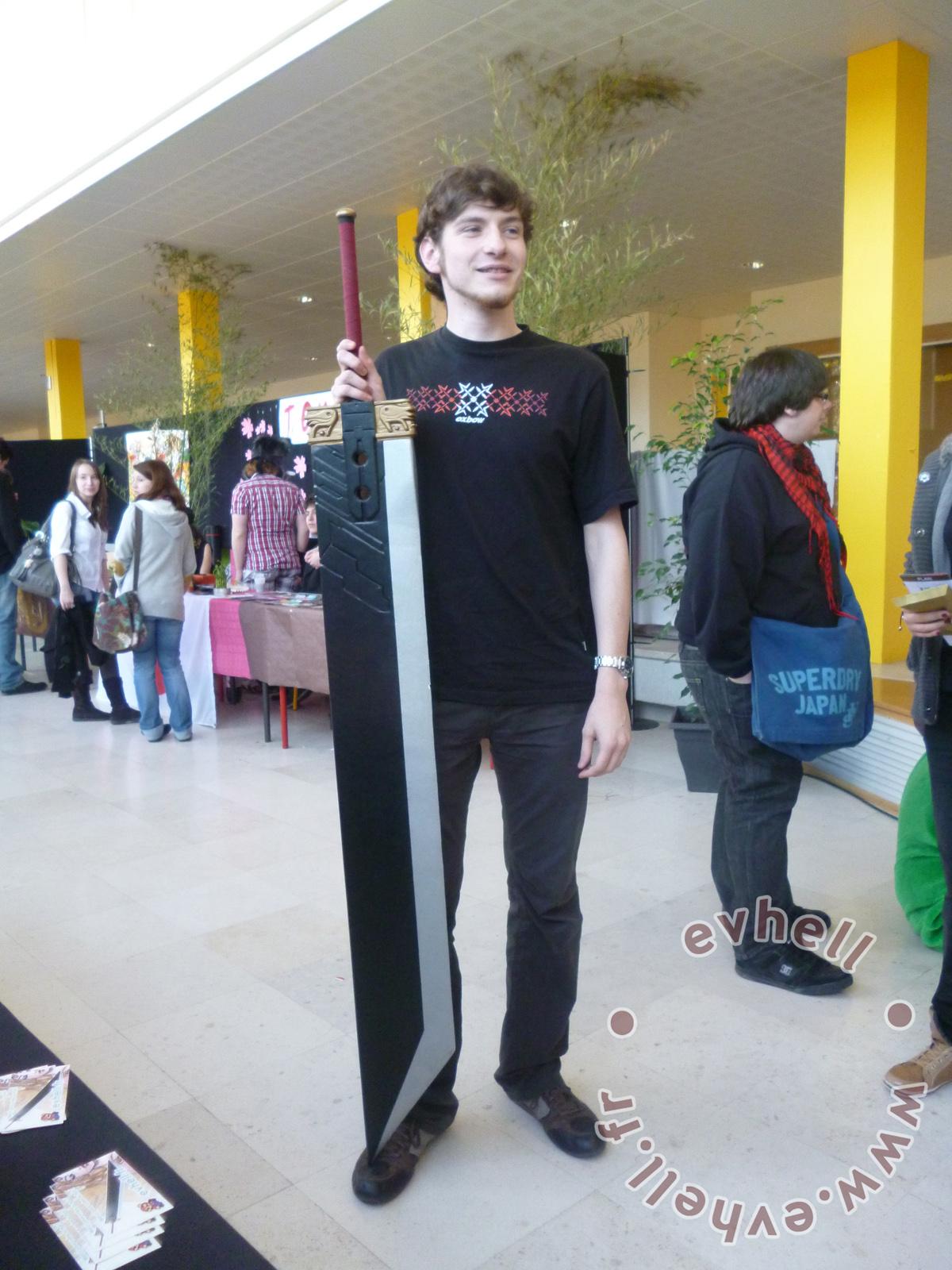 Nihon Breizh Festival - épée Zack et visiteur