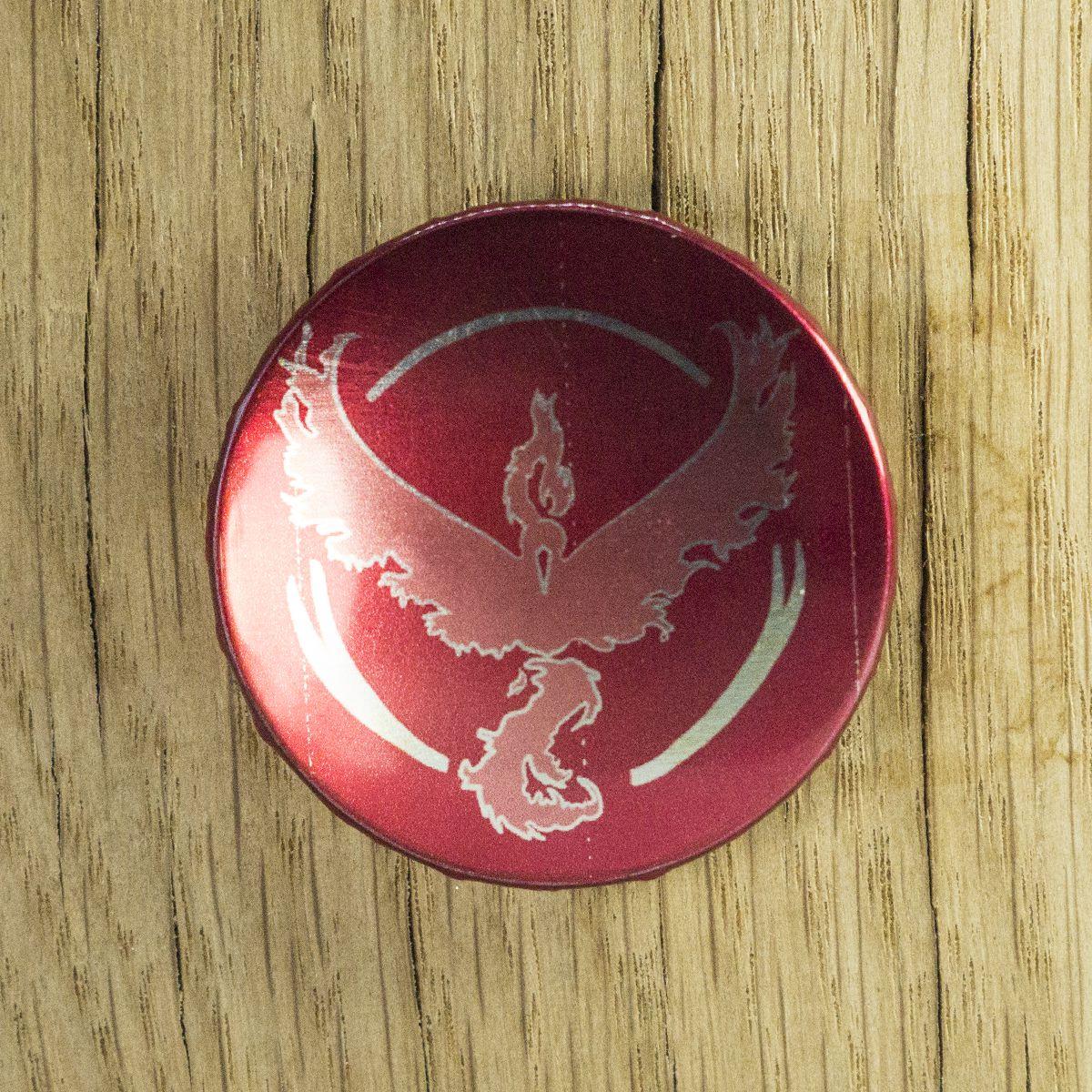 Badge Bravoure rouge métallisé – Pokémon