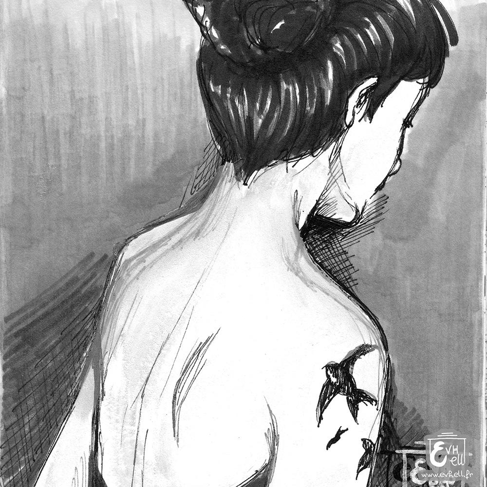 Dessin d'un martinet (oiseau) tatoué sur l'épaule d'une femme.