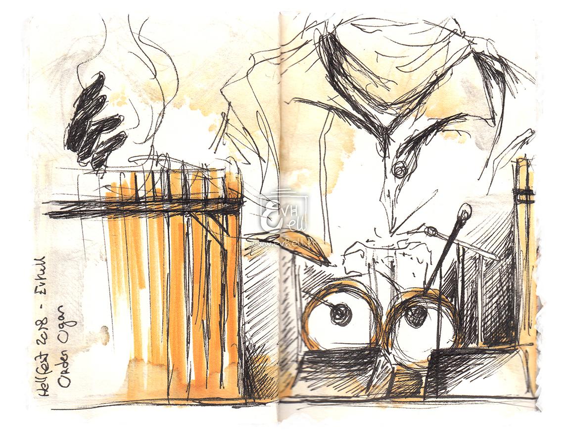 Scène pendant Orden Ogan. Un grand dessin d'un gars mystérieux en imper, masqué et la main produisant de la magie constitue leur logo, dans le fond.