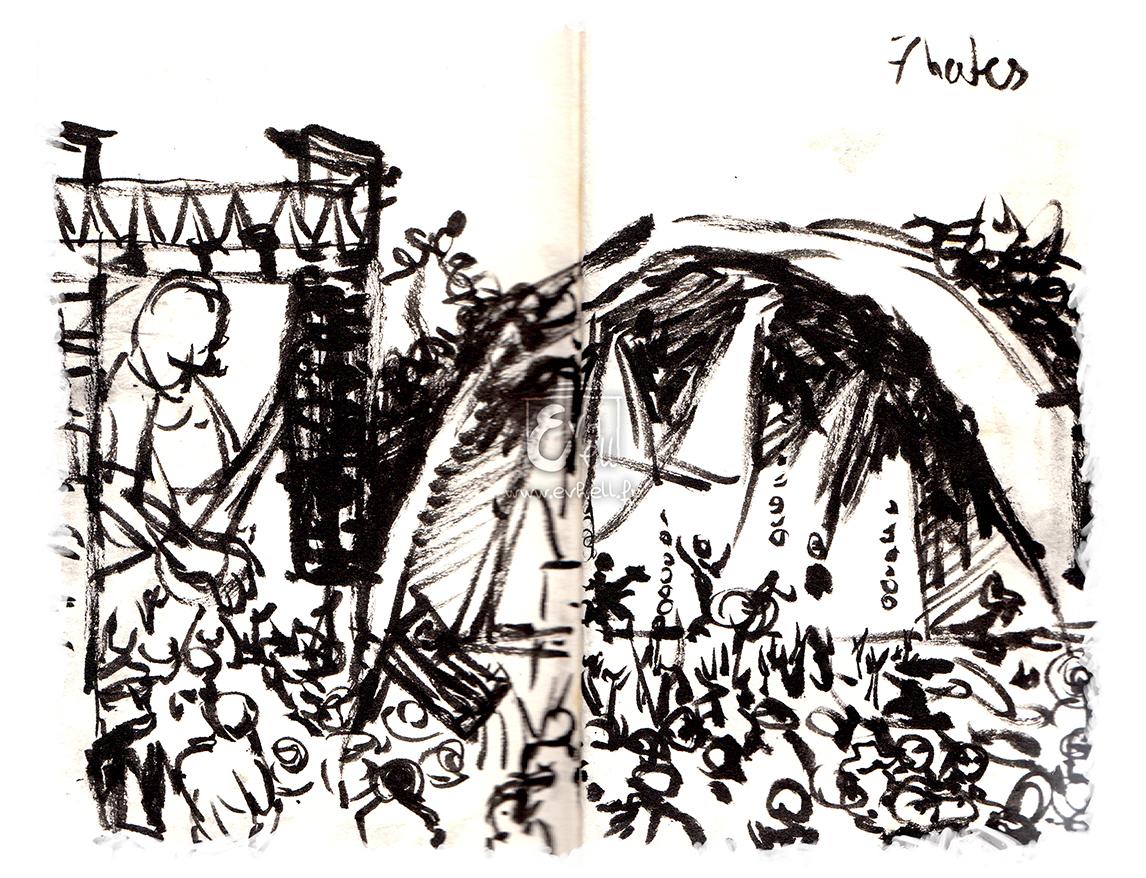 Scène du côté de la Warzone pendant un concert de Seven Hate en après-midi. Beaucoup de monde, scène couverte en forme de demi-sphère.