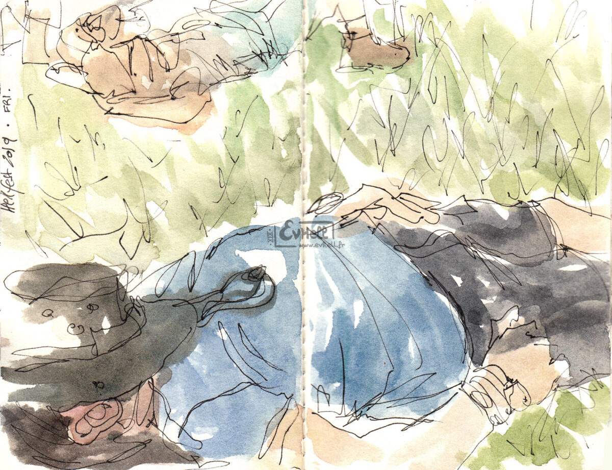 Aquarelle d'un visiteur endormi dans l'herbe.